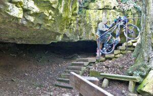 Der Fränkische Marienweg-Südroute: Schmale Treppe an der Triefensteinhöhle
